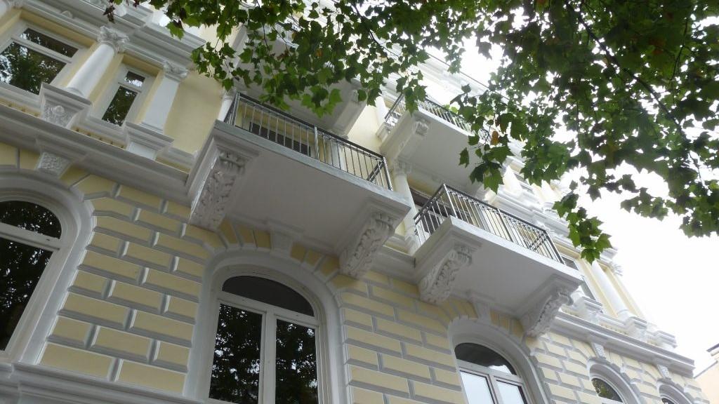 2018 11 06 Maler Wedel Hamburg Aussenarbeiten Fassade Stuck gelb weiss Balkone